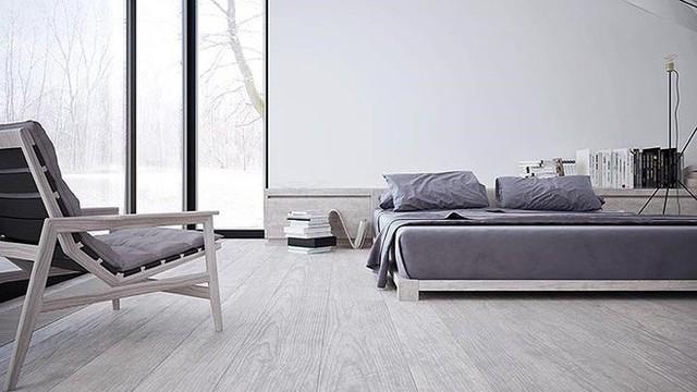 Trong phòng ngủ chính, một chiếc ghế có một lớp lót màu xám kết hợp hoàn hảo với lớp phủ giường màu xám đậm.
