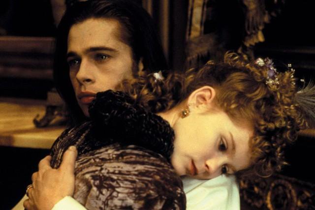 """Kirsten Dunst & Brad Pitt trong Interview with the Vampire (1994): Brad Pitt là tài tử điển trai hàng đầu Hollywood trong suốt hai thập kỷ qua. Nhưng Kirsten Dunst phải hôn anh khi cô chỉ mới 11 tuổi lúc đóng bộ phim ma cà rồng kinh điển năm 1994. """"Đó là một trải nghiệm ghê rợn. Thật kỳ quặc nếu tôi tỏ ra phấn khích khi được hôn Brad Pitt. Lúc ấy, tôi còn quá nhỏ bé"""", nữ diễn viên hồi tưởng."""