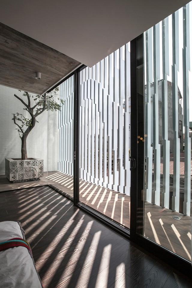 Để hạn chế ánh nắng hướng tây chiếu trực tiếp vaò nhà, các kiến trúc sư đã thiết kế một hệ lam chắn nắng đặc bệt, nhìn từ bên ngoài chẳng khác nào một chiếc vỉ nướng thịt khổng lồ.