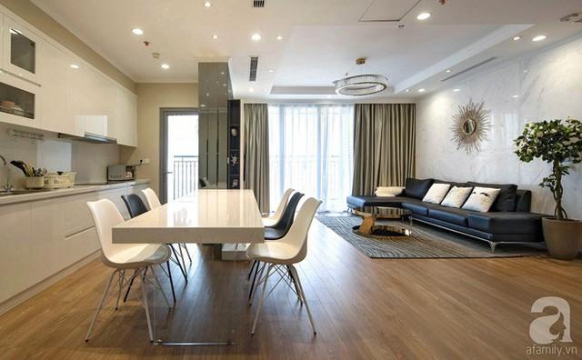 Bếp nấu rộng rãi khi tận dụng toàn bộ phần tường đối diện với góc tiếp khách. Hệ thống tủ bếp màu trắng đẹp dịu dàng, là nơi lưu trữ vô số đồ đạc giúp không gian sống thêm thoáng và đẹp hơn.