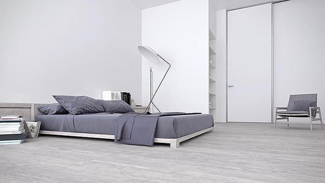 Bên cạnh giường là đèn cao kiểu cách.
