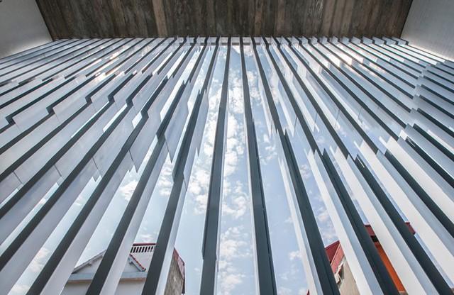 Hệ lam bằng nan thép kết hợp thép lá bản rộng bao trọn mặt tiền, cách khá xa khu vực sinh hoạt,...