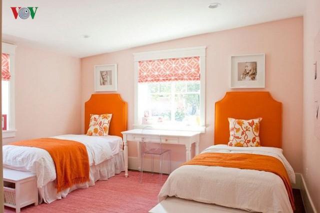 Màu cam là màu mạnh, vì vậy để cân bằng nên đi cùng với những sắc màu nhẹ như màu trắng để cân bằng và dễ nổi bật. Bên cạnh đó có thể kết hợp màu cam với màu xanh lá non.