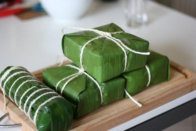 Lá chuối được mua để gói một số loại bánh.