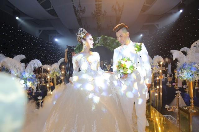 Tân lang tân nương tiến lên sân khấu thực hiện nghi thức quen thuộc trong đám cưới.