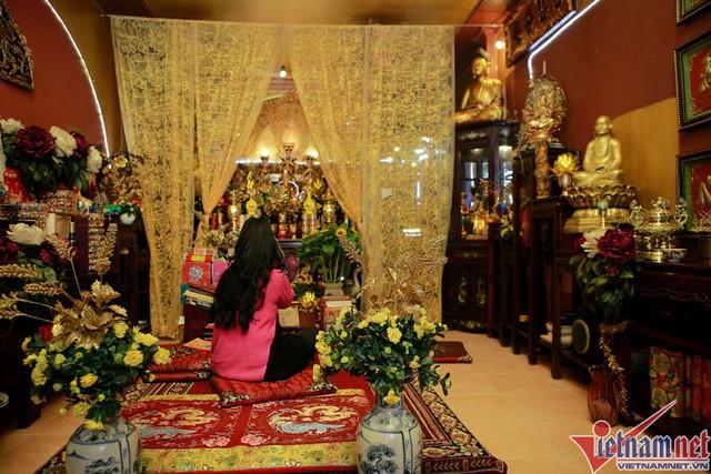 Không gian nhà NSND Lan Hương với đa sắc màu của tôn giáo.