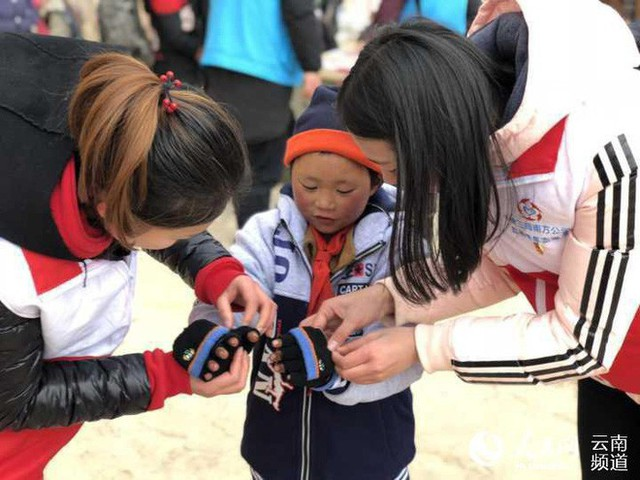 Wang được trao áo ấm và găng tay len.