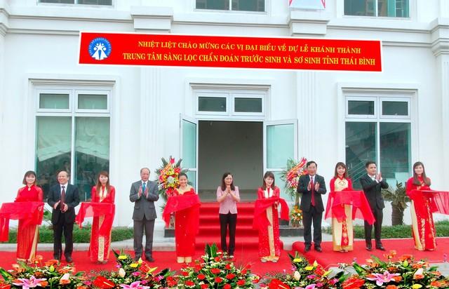 Ông Nguyễn Văn Tân (thứ tư từ trái sang), Phó Tổng cục trưởng phụ trách Tổng cục DS-KHHGĐ cùng lãnh đạo tỉnh, Sở Y tế, Chi cục DS-KHHGĐ cắt băng khánh thành Trung tâm Chẩn đoán sàng lọc trước sinh và sơ sinh Thái Bình. Ảnh: T.G