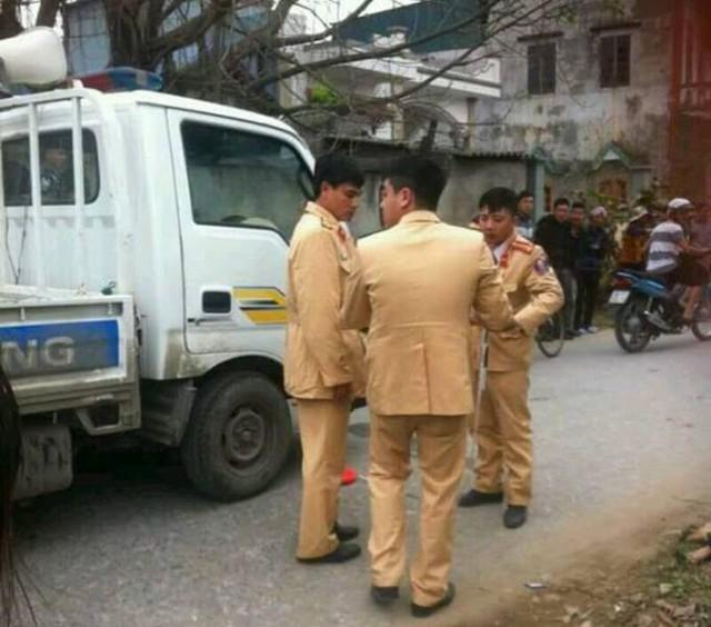 Lực lượng CSGT Công an huyện Thanh Miện có mặt tại hiện trường. Ảnh: Bạn đọc cung cấp