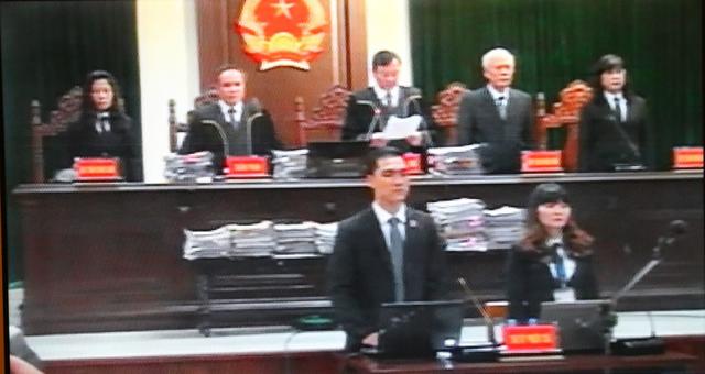 Hội đồng xét xử vụ án công bố Quyết định đưa vụ án ra xét xử. Ảnh: Chụp màn hình