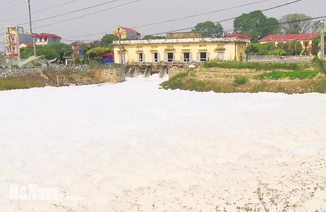 Bọt nước xả kết thành tảng lớn tại Trạm bơm Chợ Lương, xã Yên Bắc, Duy Tiên. Ảnh: Báo Hà Nam