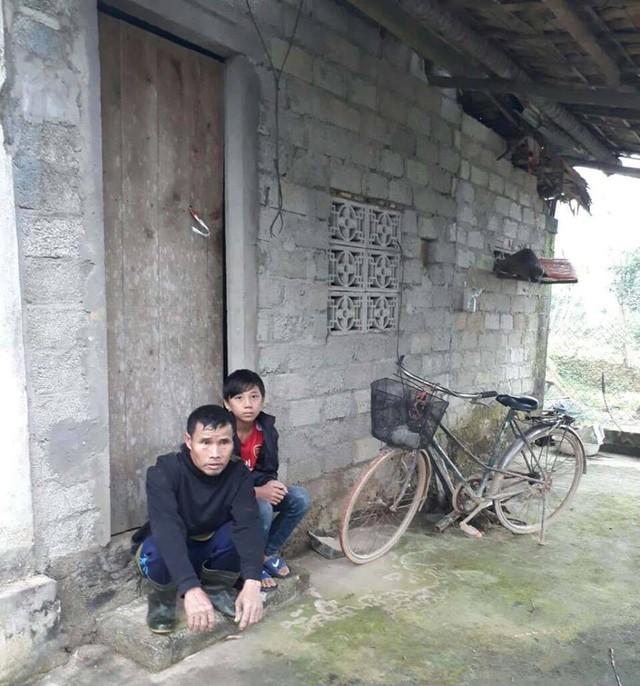 Em Trần Thế Bảo và ông ngoại có vấn đề tâm thần trước cửa nhà mình.