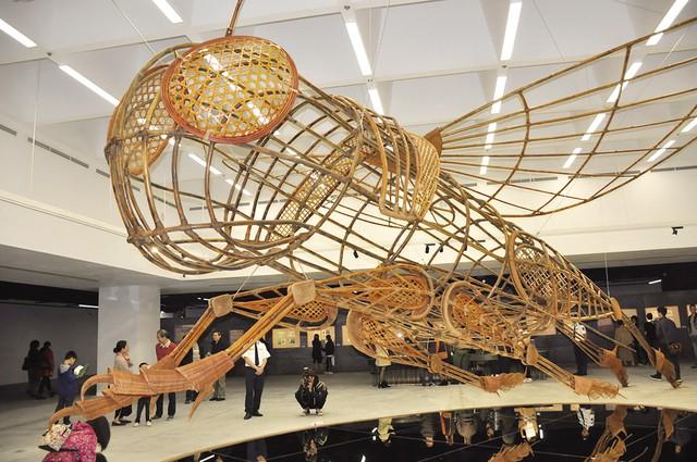 Mô hình Dế Mèn khổng lồ được dựng bằng mây tre trong khuôn viên triển lãm nghệ thuật.     Ảnh: V.Tuân