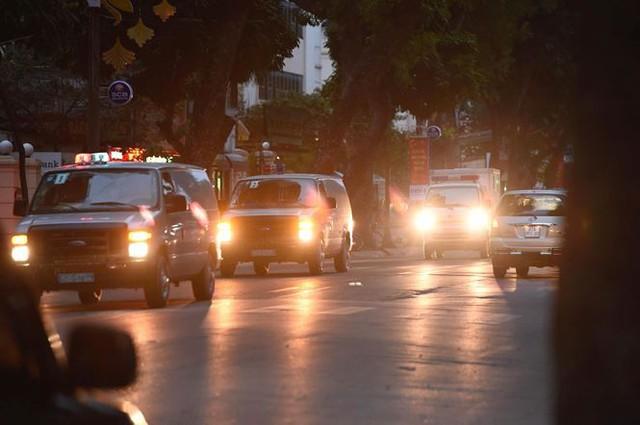 Khoảng 6h40, hai đoàn xe chở các bị cáo đã đến trụ sở TAND Hà Nội. Hôm nay là ngày xét xử thứ 2 của phiên tòa. Ảnh: Tiền Phong