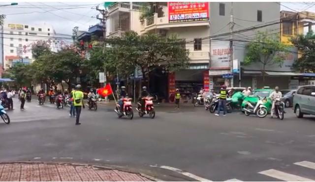 Đoàn phượt thủ chặn ngã tư di chuyển như xe ưu tiên tại TP. Nam Định ngày 11/11/2018. Ảnh cắt từ clip