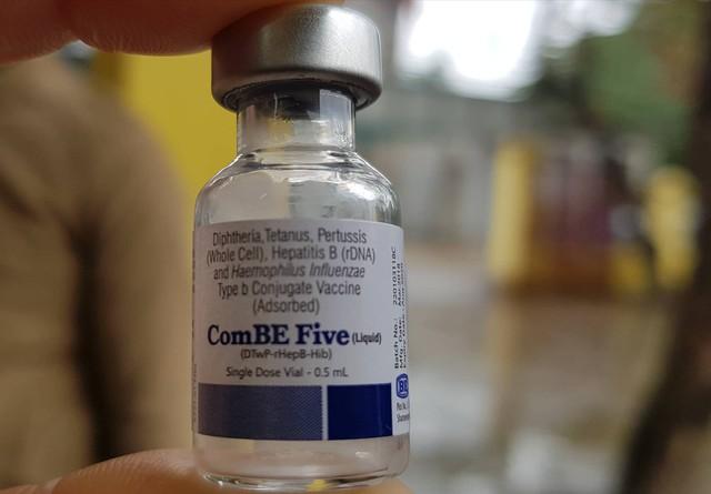 Tiêm vắc xin ComBE Five có thể phòng được 5 bệnh nguy hiểm. Ảnh: Võ Thu