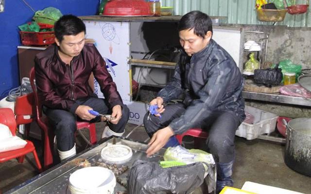 Hai người đàn ông được thuê bơm tạp chất vào tôm tại thời điểm bị Đoàn kiểm tra phát hiện