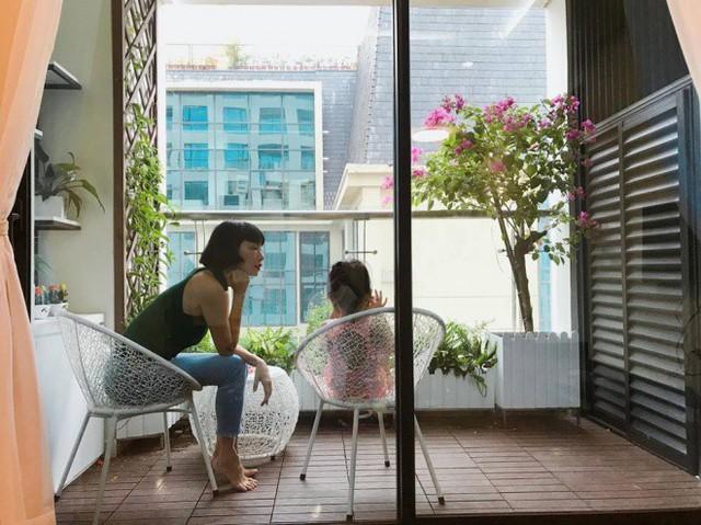 Khu vực ban công được siêu mẫu trồng nhiều loại hoa để hai mẹ con có thể ngồi trò chuyện, thư giãn và ngắm cảnh.