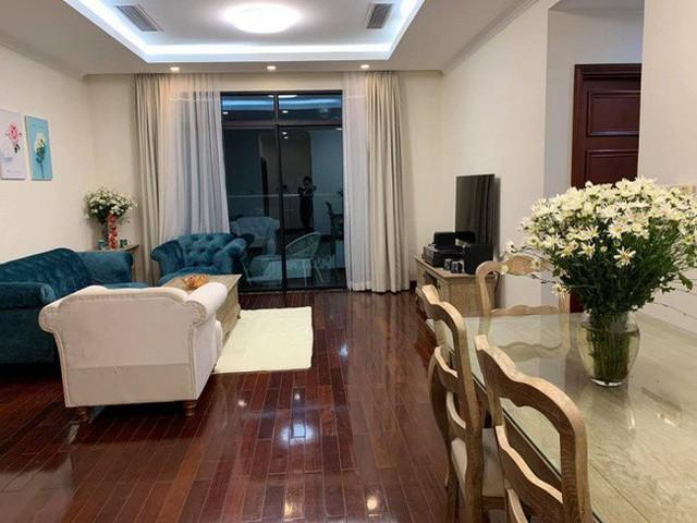 Không gian căn hộ siêu mẫu Xuân Lan có lấy tông màu trắng làm chủ đạo với bộ sofa ấn tượng màu xanh.