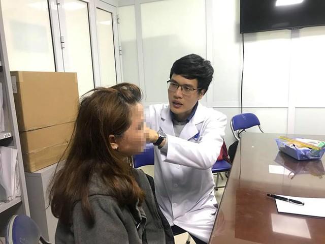 Bác sĩ Hoàng Văn Tâm thăm khám cho bệnh nhân da loang lổ vì làm đẹp từ thiên nhiên. Ảnh: Hồng Hải.