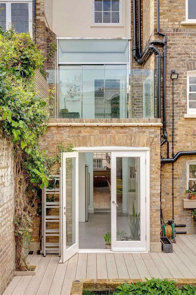 Khung cảnh ngôi nhà từ bên ngoài nhìn vào. Cửa ra vào, cửa sổ và ngăn cách hành lang đều được thiết kế bằng cửa kính.