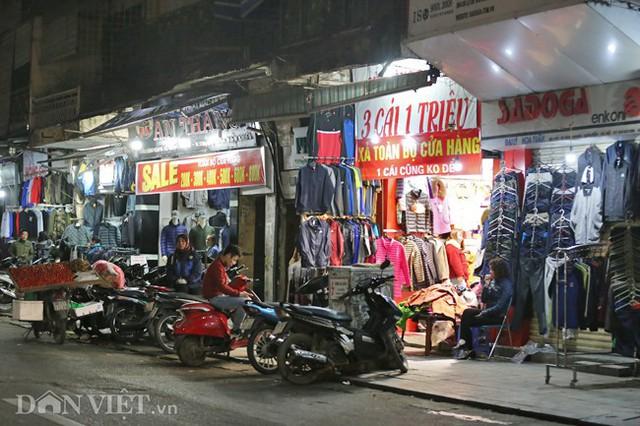 Tết Nguyên đán đang đến gần, ở khu vực phố cổ Hà Nội những ngày này, các hộ kinh doanh, buôn bán đã bắt đầu treo biển giảm giá rầm rộ để thu hút người dân mua sắm dịp cuối năm.