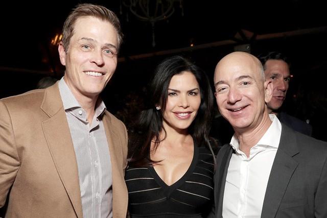 Jeff Bezos (phải), Lauren Sanchez (giữa) và Patrick Whitesel. Ảnh: People.