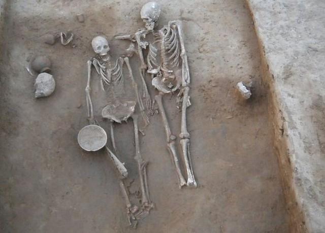 Hai con người từ thời cổ đại được chôn trong tư thế thân mật khiến các nhà khoa học tin rằng đây là một cặp đôi và qua đời vào cùng một thời điểm.