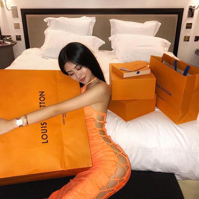 Được dân mạng biết đến sau khi xuất hiện trên hội con nhà giàu London, Flora Wang (20 tuổi) càng khiến mọi người bất ngờ hơn khi ghé thăm trang cá nhân của mình. Không chỉ gây choáng bởi hình ảnh xài hàng hiệu xa xỉ, đi xe sang, cô gái 20 tuổi còn sở hữu gương mặt ưa nhìn và vóc dáng thon gọn, cao ráo như người mẫu.