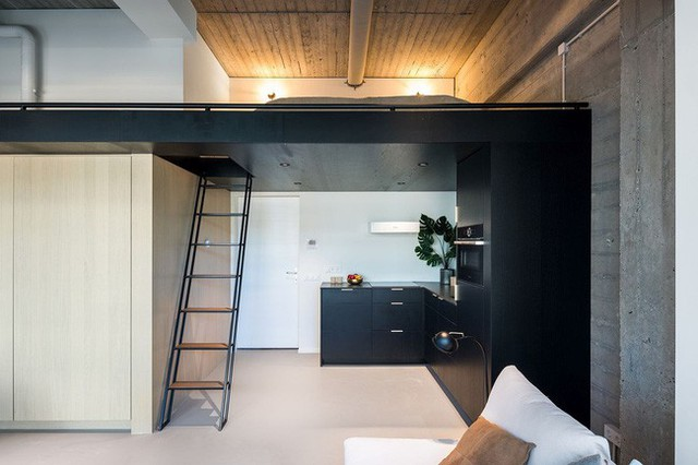 Phòng ngủ gác xép trong không gian ngôi nhà kiểu đô thị.