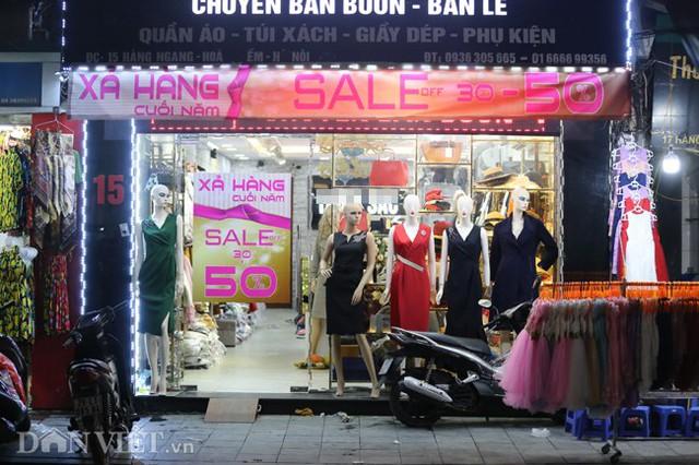 Mặt hàng giảm giá chủ yếu tại đây là các sản phẩm thời trang như quần áo, giày dép... mức giảm nhiều nơi lên đến 50%