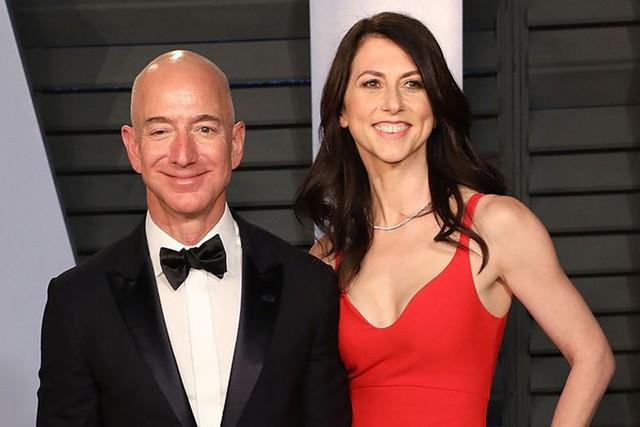Tỷ phú Jeff Bozos và vợ thuở mặn nồng. Ảnh: Poeple.