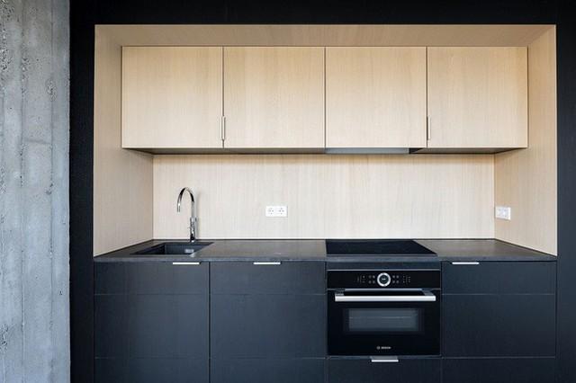 Ý tưởng nhà bếp bằng gỗ và màu đen.