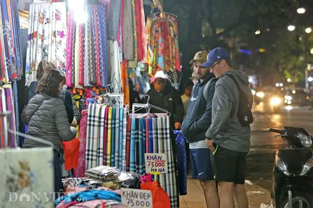 Không ít khách nước ngoài tỏ ra tò mò, thích thú với không khí mua sắm tại phố cổ Hà Nội cũng tìm đến, chọn cho mình những món đồ giảm giá