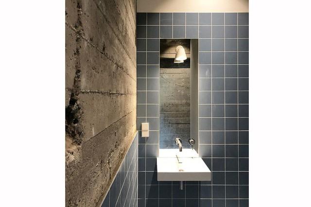 Mang bê tông vào phòng tắm tạo phong cách độc đáo.
