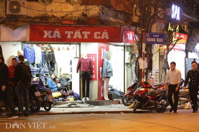 Một cửa hàng quần áo trên phố Hàng Bạc với tấm biển ghi ngắn gọn: Xả tất cả.