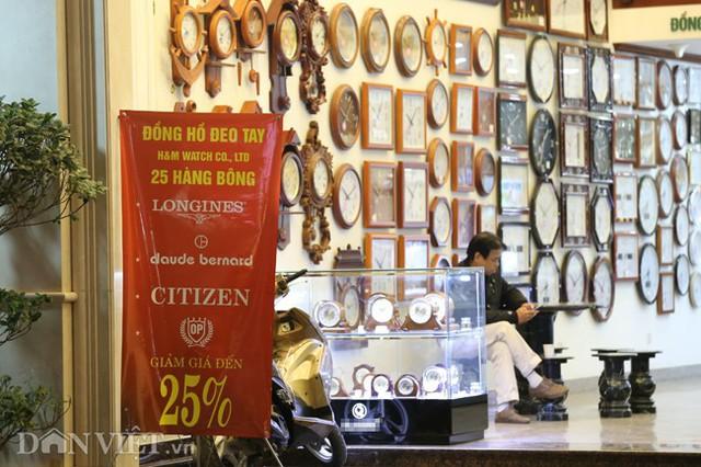 Bên cạnh các mặt hàng thời trang, quần áo, nhiều sản phẩm khác cũng nhân dịp này giảm giá ồ ạt. Một cửa hàng bán đồng hồ trên phố Hàng Bông cũng treo biển giảm giá 25%.