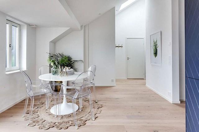 Ghế acrylic kết hợp với bàn tròn màu trắng tạo nên khu vực ăn uống xinh xắn.