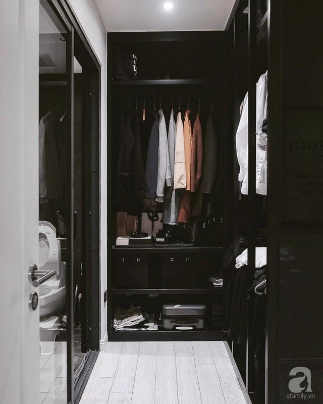 Góc tủ đựng đồ, vừa là nơi thay đồ.