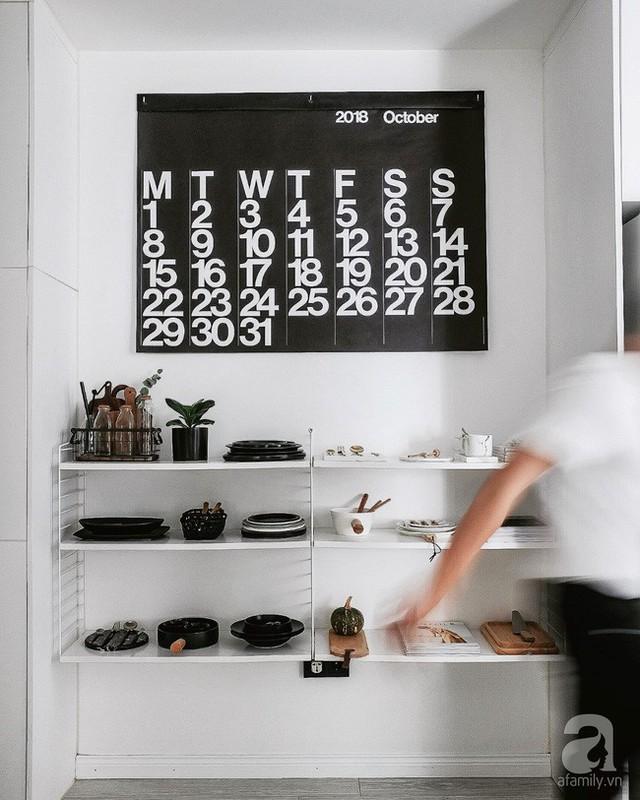 Giá đựng đồ màu trắng giúp đồ đạc gọn gàng nhưng không gian tránh được sự lộn xộn, chật chội.
