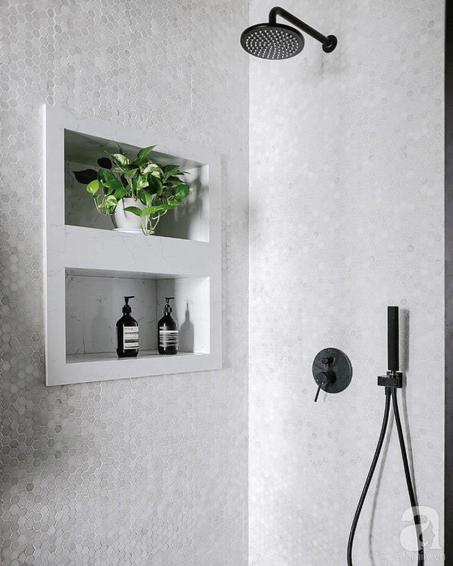 Phòng tắm bắt mắt với gạch ốp tường họa tiết kim cương.