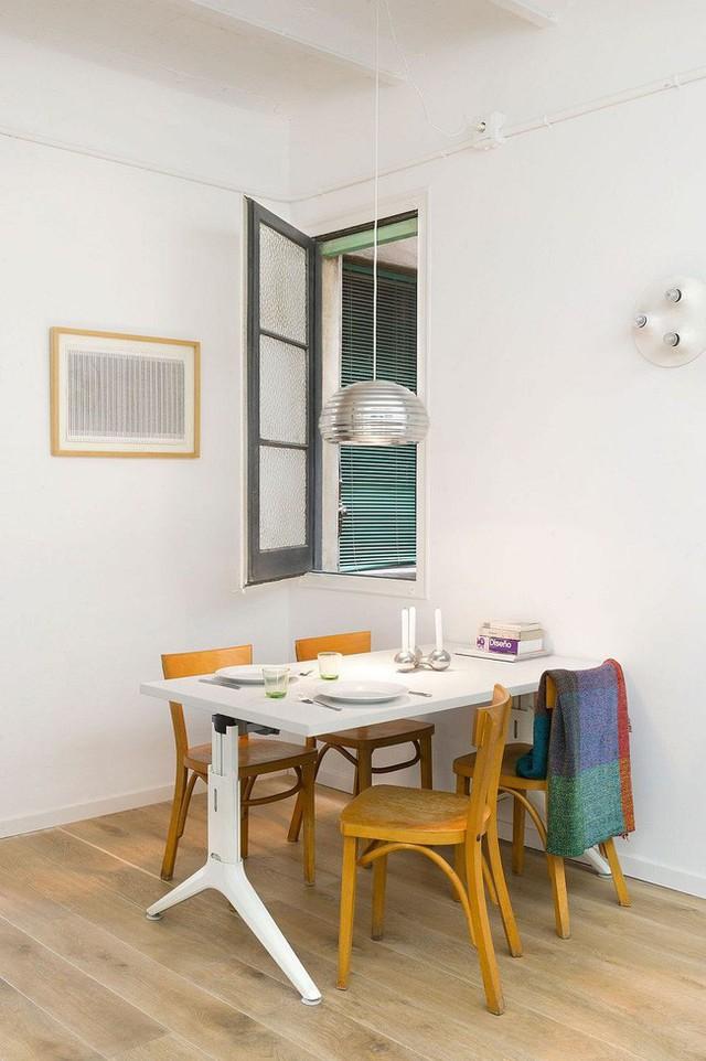 Sử dụng tường làm giá đỡ cho bàn ăn giúp tiết kiệm rất nhiều không gian!