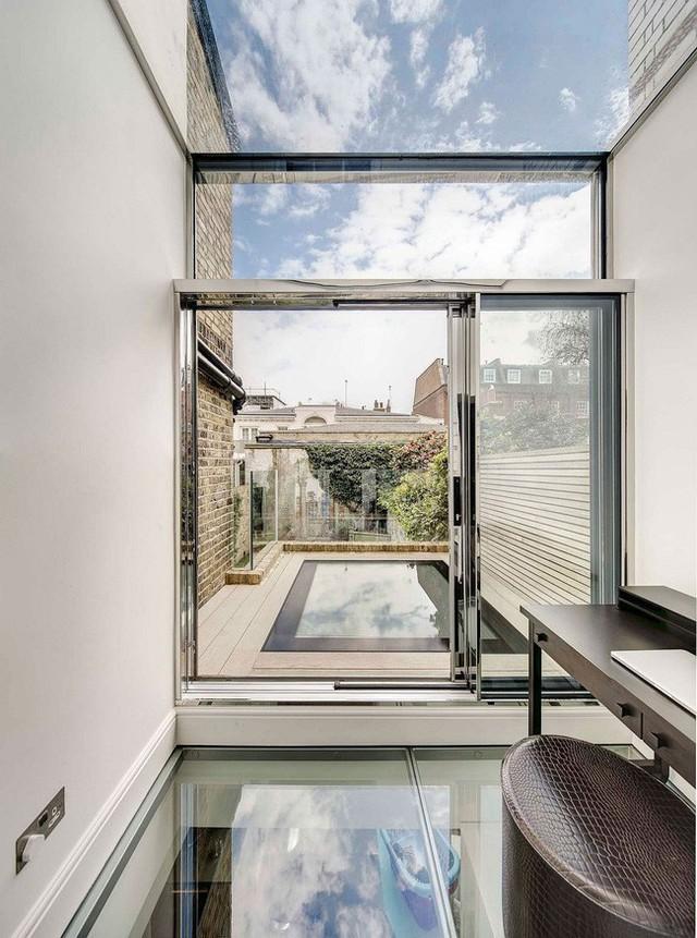 Sàn nhà cũng được kiến trúc sư thiết kế bằng lớp kính dày. Khi bạn ở không gian này thì vẫn có thể theo dõi, quan sát người hay vật ở nơi khác.