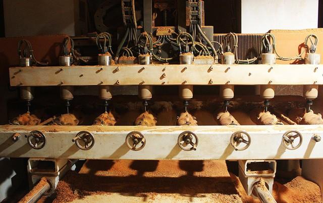 Mỗi mẻ tạo hình heo gỗ bằng máy sẽ mất khoảng 3-4 tiếng