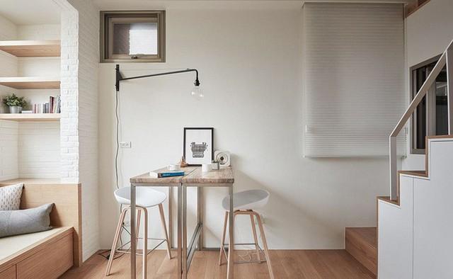 Bàn nhỏ trong căn hộ được sử dụng làm bàn làm việc và bàn ăn.