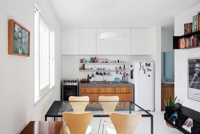 Một chiếc bàn trong suốt cho bốn người bên trong căn hộ Sao Paulo nhỏ bé!