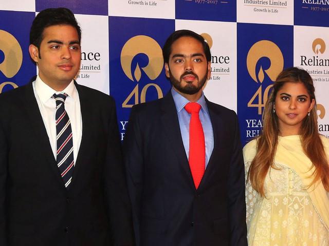 Từ trái qua: Anh trai Akash, em út Anant và người chị vừa kết hôn Isha - © Reuters
