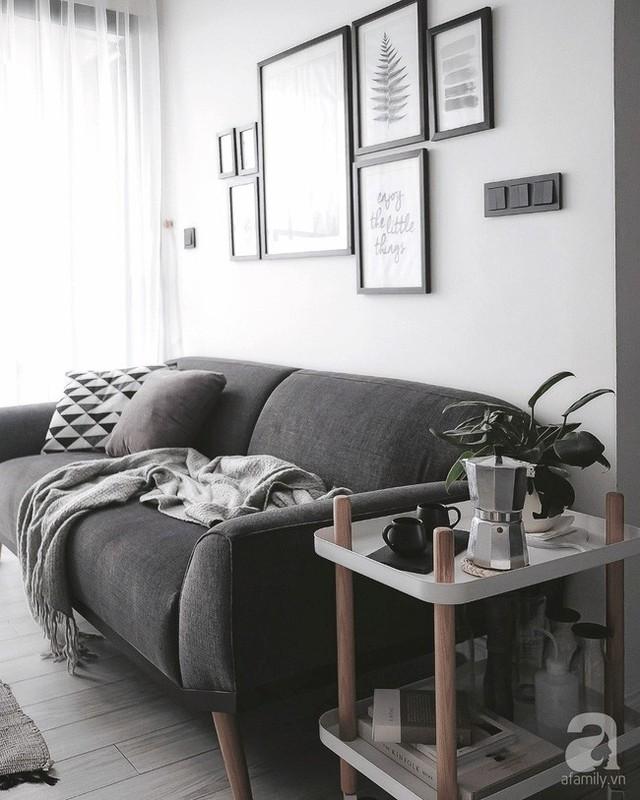 Góc phòng khách chọn lựa với hai gam màu cơ bản, màu trắng làm tông nền và màu đen xám làm màu nhấn. Những gam màu nhẹ nhàng của đồ trang trí hay của gỗ như tăng thêm vẻ đa dạng, xinh yêu cho không gian tiếp khách.