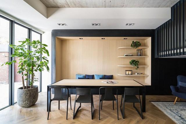 Bê tông, gỗ và phông nền tối mang đến cho căn hộ sự tinh tế.