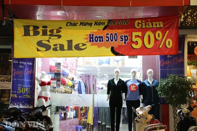 Một cửa hàng thời trang lớn đón Tết với chương trình khuyến mãi 50% hơn 500 sản phẩm.